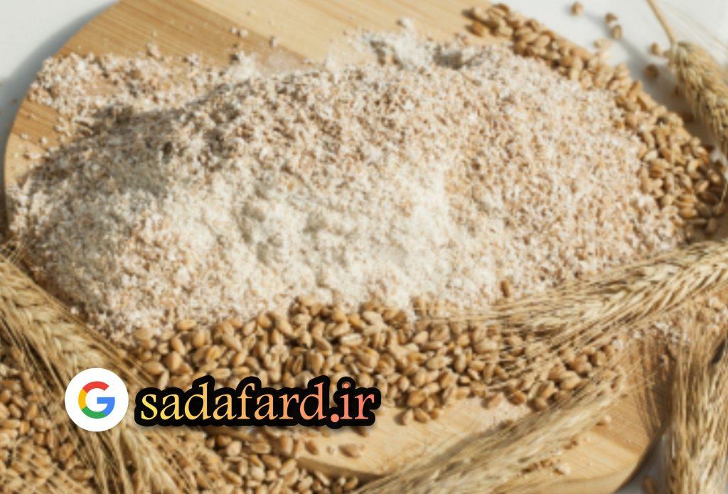 دانه گندم کامل با سبوس روی دانه که توسط آسیاب سنگی آسیاب می شوند.