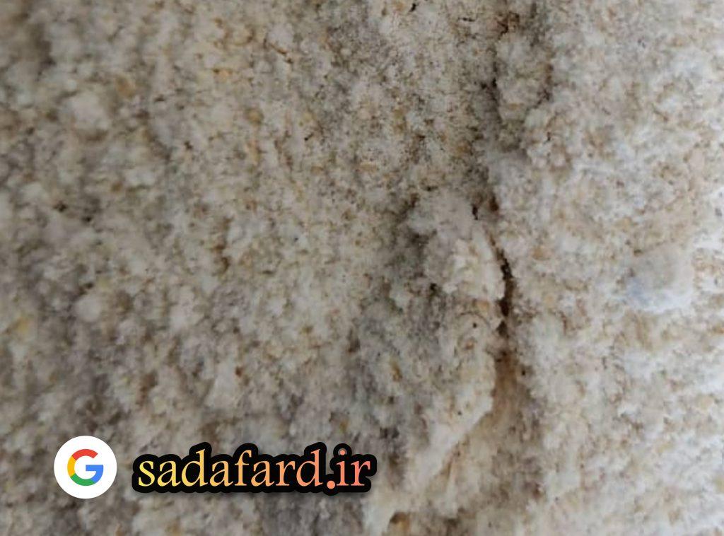 آرد گندم کامل با سبوس هایی که داخل آرد کاملا مشخص می باشند. و در حضور مشتری بدون سبوس گیری آسیاب شده اند.