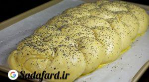 افزودن زرده تخم مرغ بر روی نان